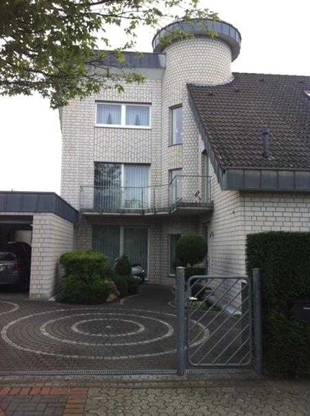 Architekturbüro Arlt, Einfamilienhaus, Einfahrt mit Treppenturm